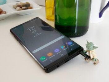 Yodafigur hält Stift des Samsung Galaxy Note 8