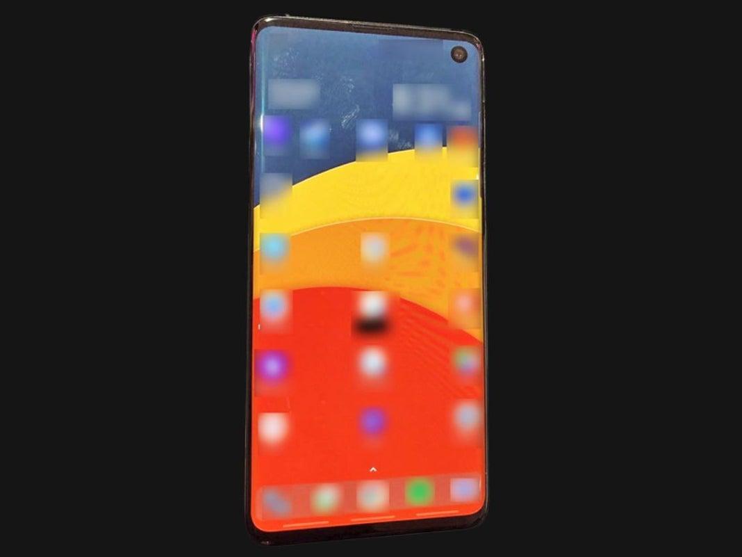 Galaxy S10 Foto: Smartphone mit verpixeltem Display auf schwarzem Grund