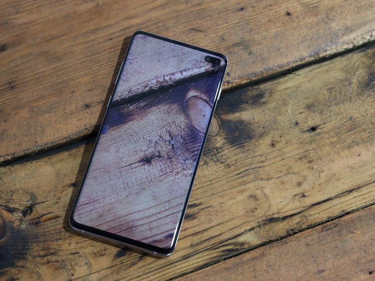 Samsung Galaxy S10+ auf Holz