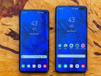 Samsung Galaxy S10 und Galaxy S10+ nebeneinander mit eingeschalteten Displays