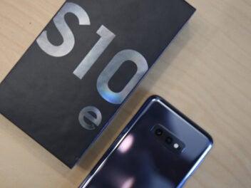 Samsung Galaxy S10e mit Verpackung