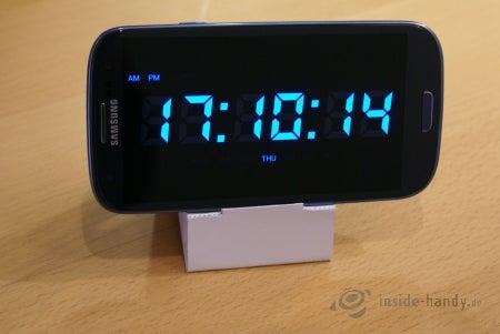 Samsung Galaxy S3 auf dem Papp-Ständer