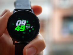 Samsung Galaxy Watch Active 2 in einer Hand