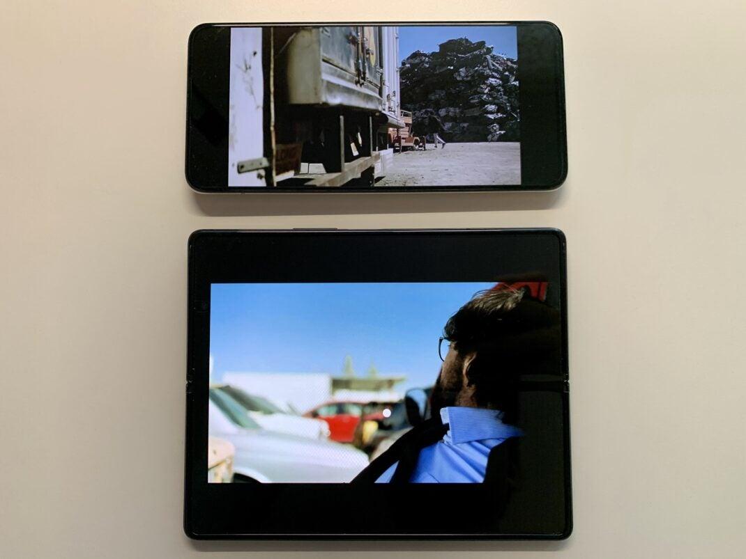 Ein Video auf dem Galaxy Z Fold 2 wird wegen dem untypischen Format nicht größer dargestellt, als auf einem normalen Smartphone
