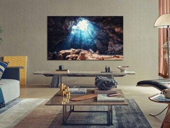 Samsung-Fernseher aus der 2021-Serie an einer Wand