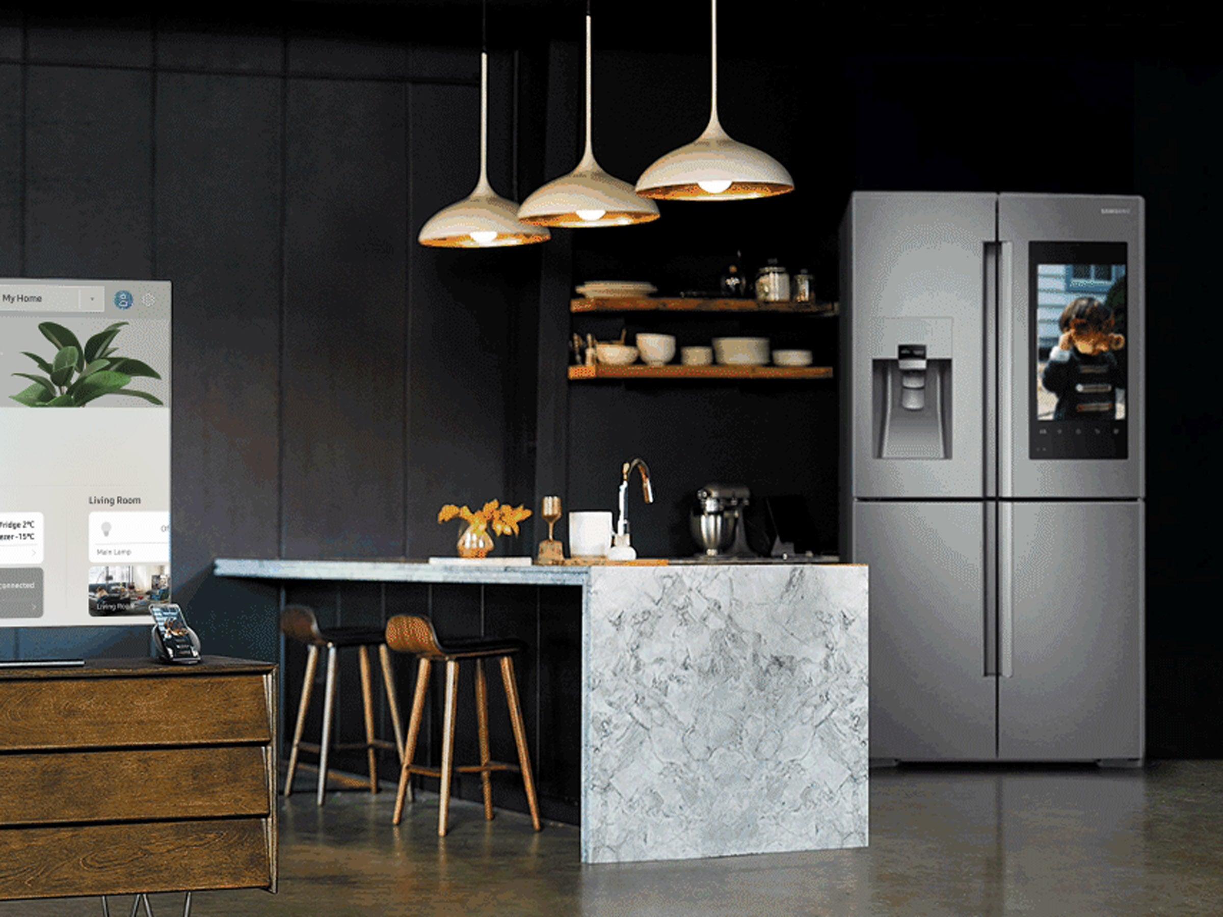 Samsung Smart Home mit Kühlschrank, Smartphone und Fernseher