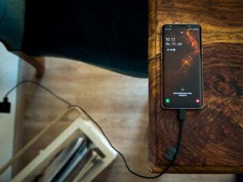 Samsung-Smartphone am Ladegerät