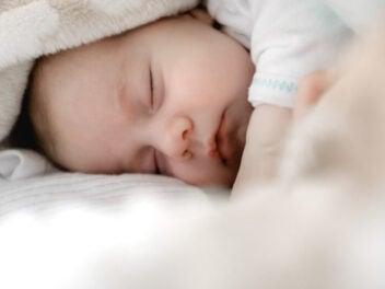 Schlafendes Baby in einer Decke