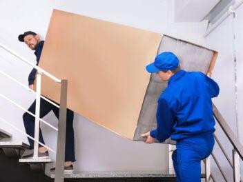 Schwere Paket Lieferung durch ein Treppenhaus