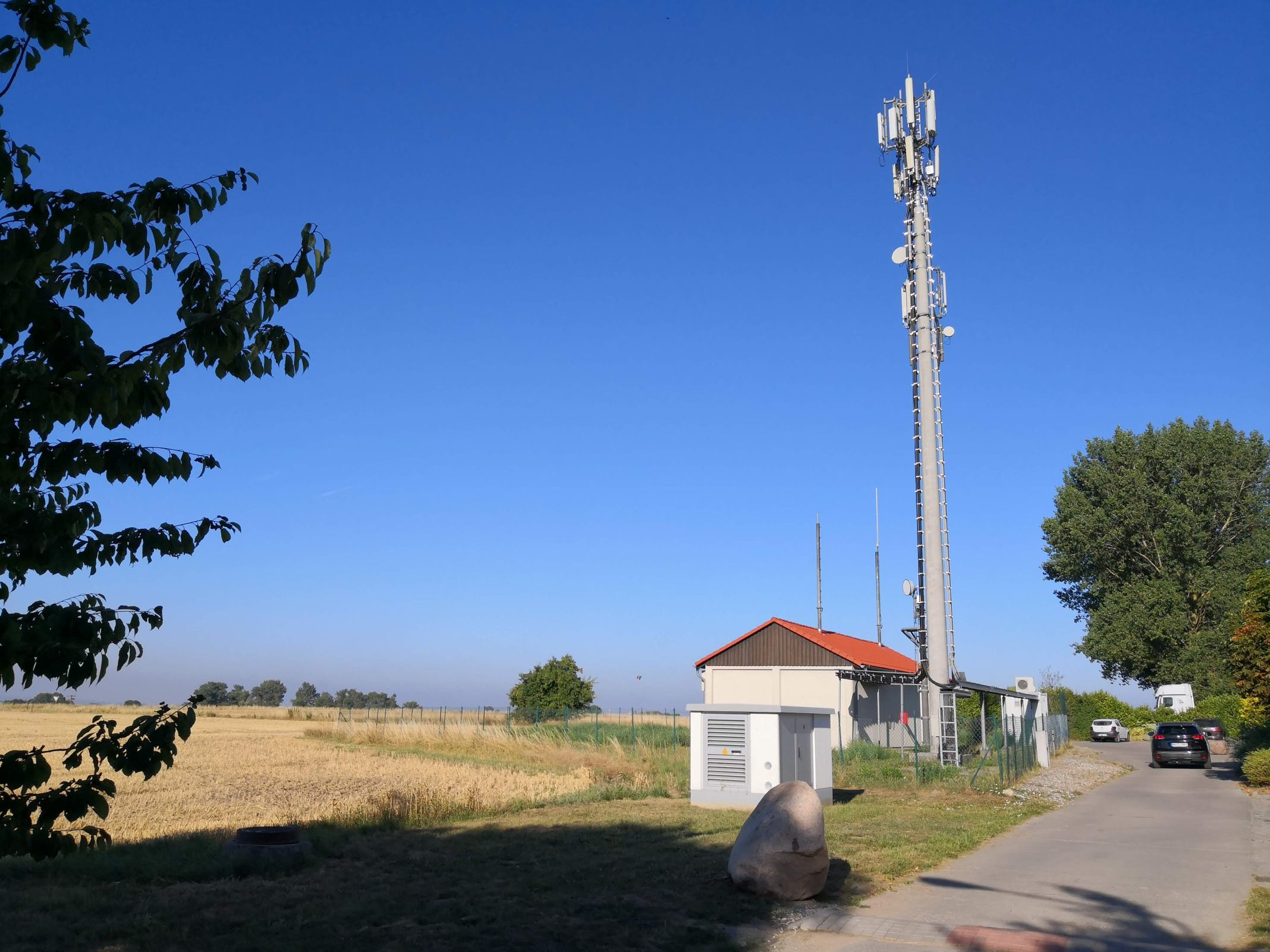 Ein sehr ländlicher Mobilfunk-Sendemast auf der Insel Poel
