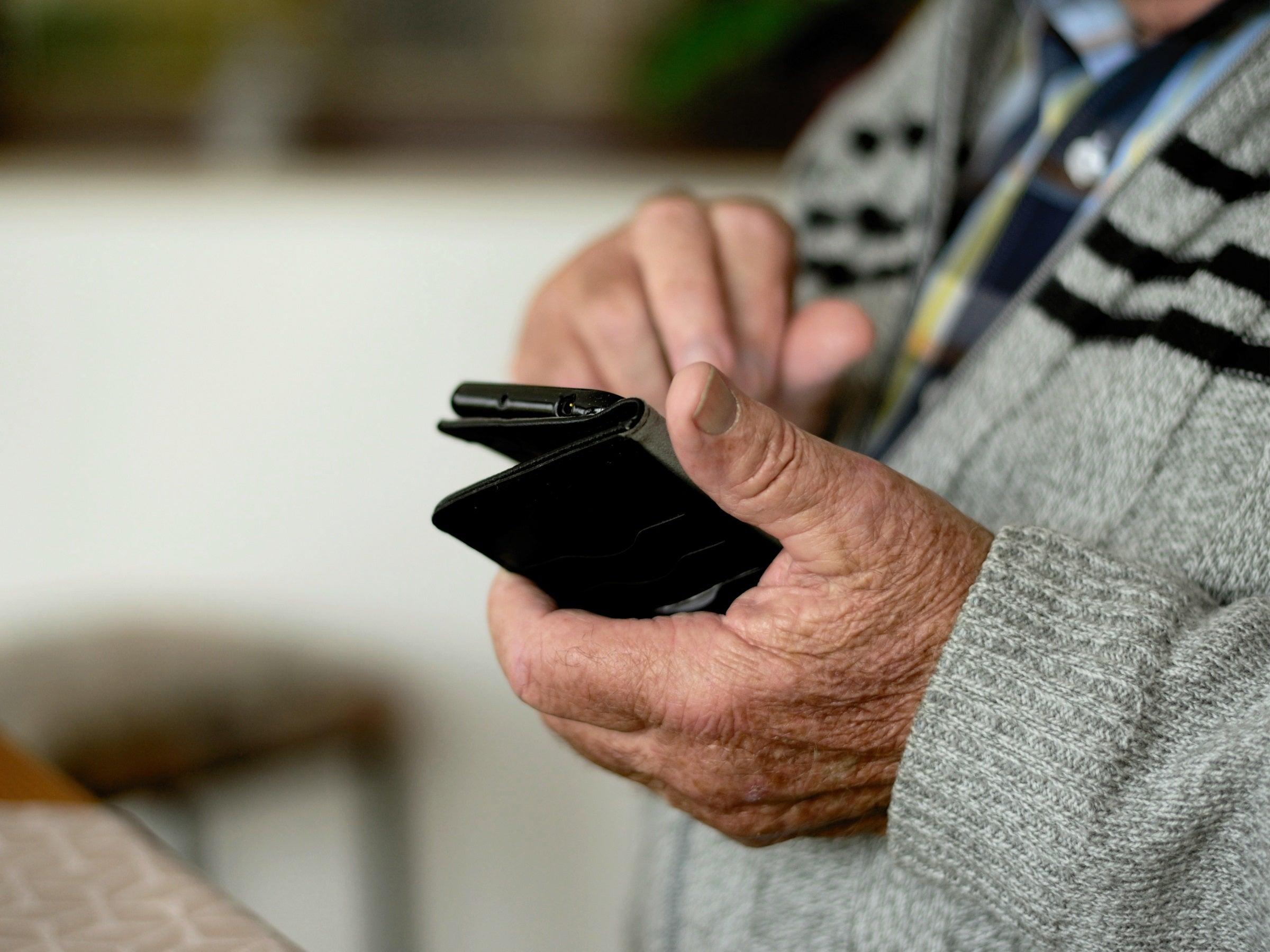 Stiftung Warentest: Das bestes Seniorenhandy ist ein wahres Schnäppchen - inside digital