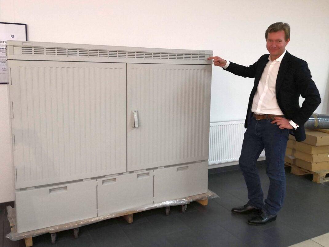 Sichert-Geschäftsführer Graf von Hardenberg zeigt auf einen grauen Kasten, den seine Firma herstellt.