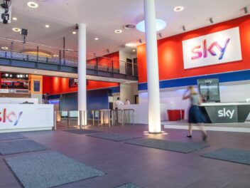 Ein Blick in das Foyer von Sky, durch das eine Frau geht