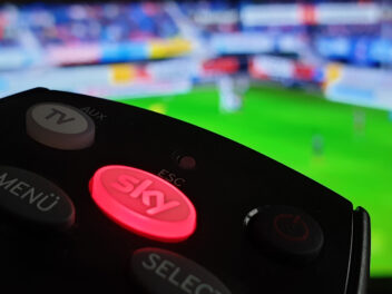 Sky Fernbedienung mit rotem Sky-Button