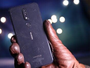 Smartphone im Winter: Das Nokia 7.1 mit Eis und Wasser vor blauem Hintergrund