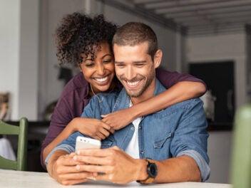 Pärchen mit Smartphone