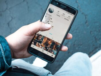 Ein Smartphone mit geöffnetem Instragram-Account wird von einer Hand gehalten