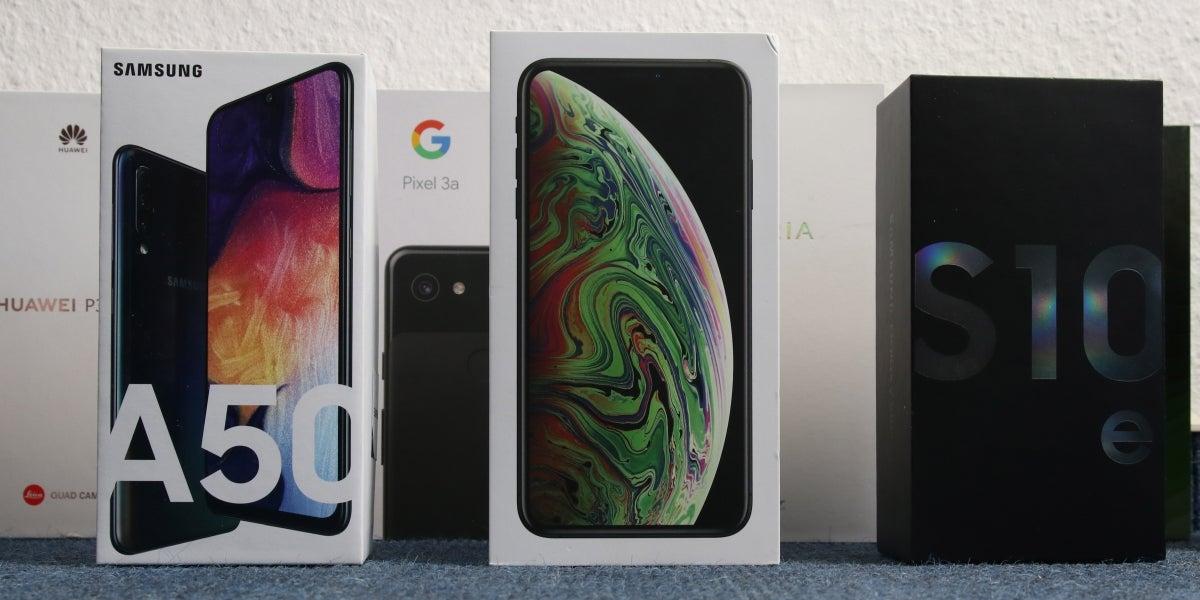 Smartphone-Verpackungen nebeneinander von Apple, Samsung, Google, Sony, Huawei