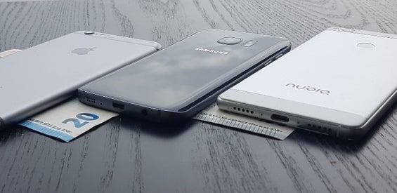 Geldscheine und Smartphones