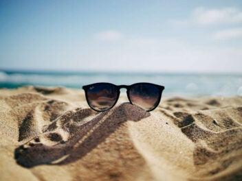 Sonnenbrille liegt im Sand am Strand