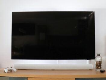 Sonos Arc auf einem TV-Lowboard