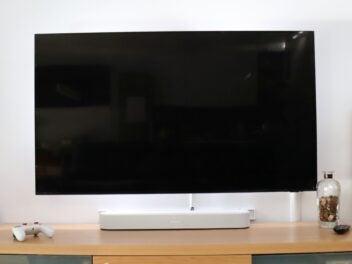 Sonos Beam auf einem TV-Lowboard
