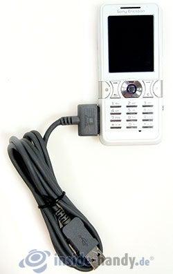 Sony Ericsson K550i: mit USB-Kabel