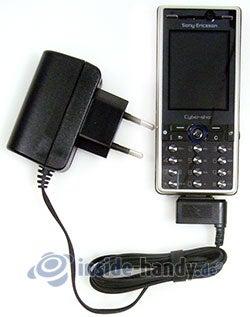 Sony Ericsson K810i: mit Ladegerät