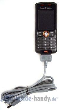 Sony Ericsson W200i: mit USB-Kabel
