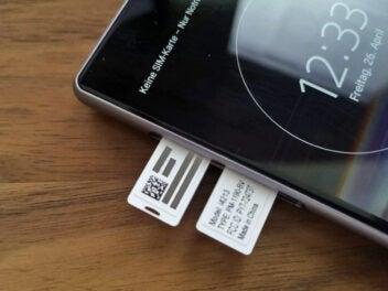 Bei Sony ist die IMEI auch auf einen Papierstreifen im SIM-Slot vermerkt.