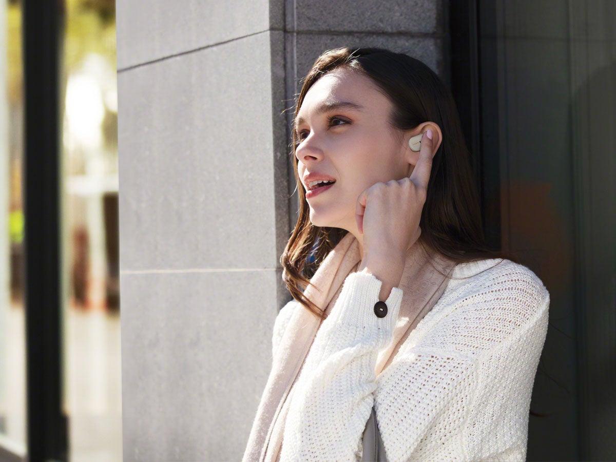Eine Frau trägt die In-Ear-Kopfhörer Sony WF-1000XM3