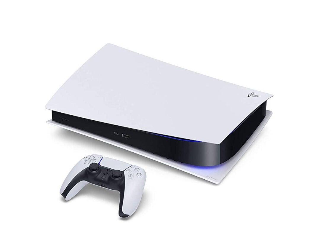Sony PS5 mit Controller auf Tisch liegend