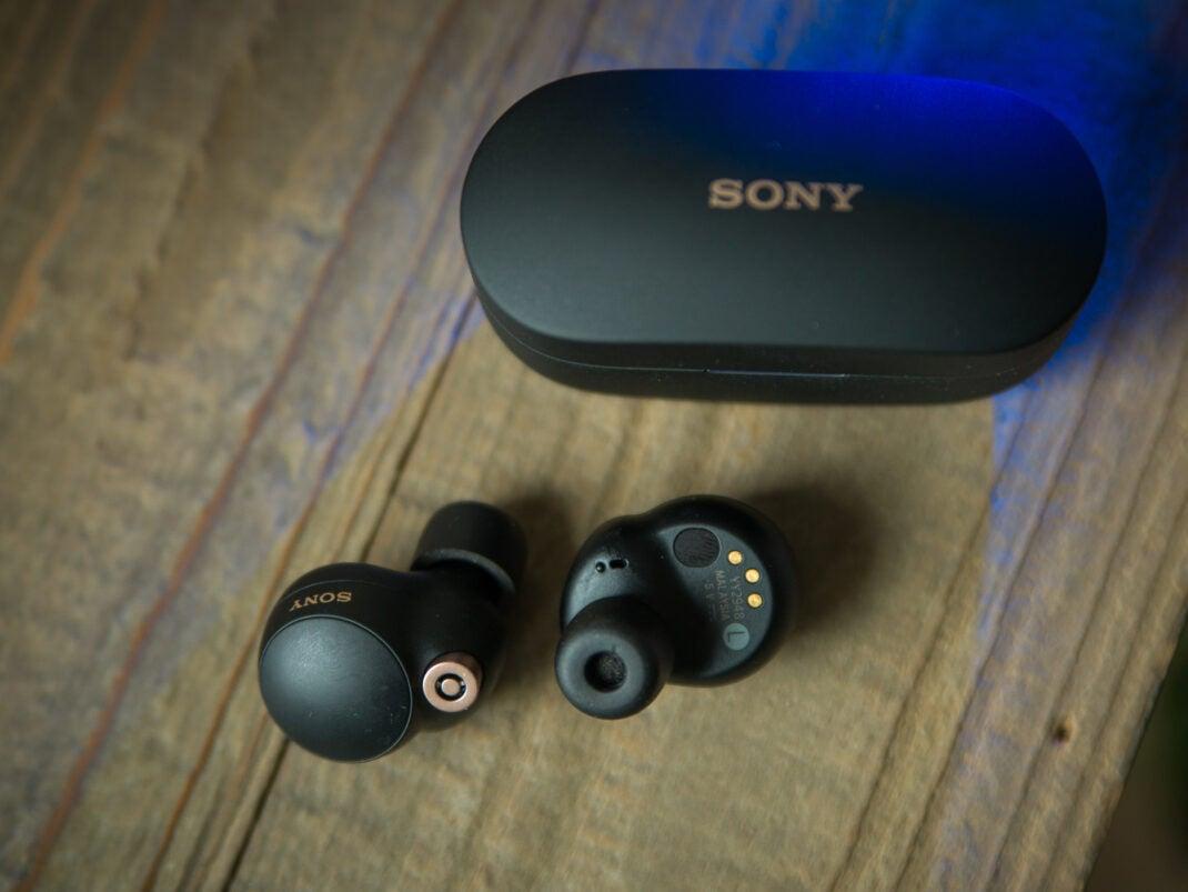 Die Sony WF-1000XM4 kommen mit Ohrpolstern aus Memory Schaum - nicht Jedermanns Sache