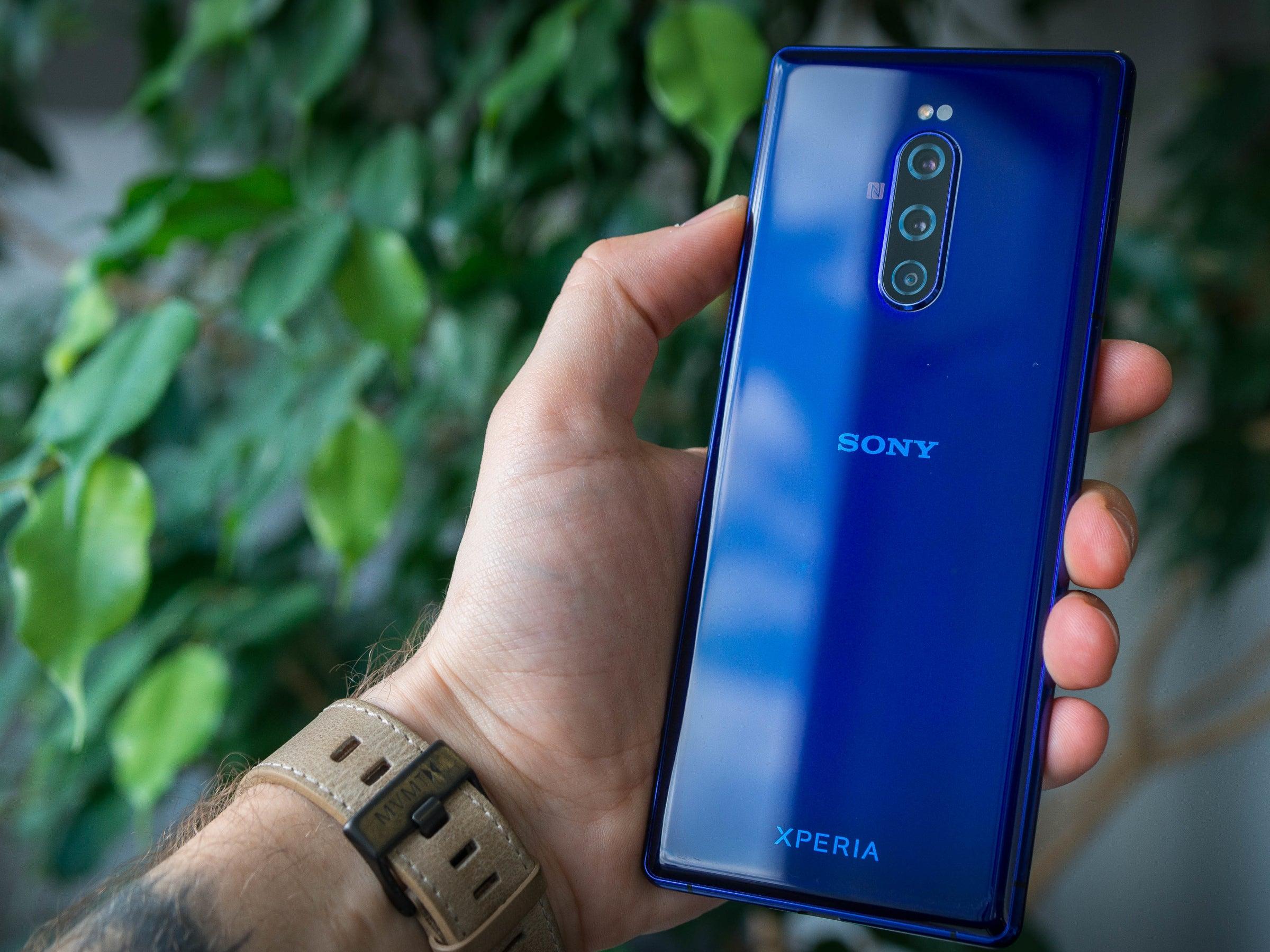 Sony Xperia 1 von hinten in der Hand