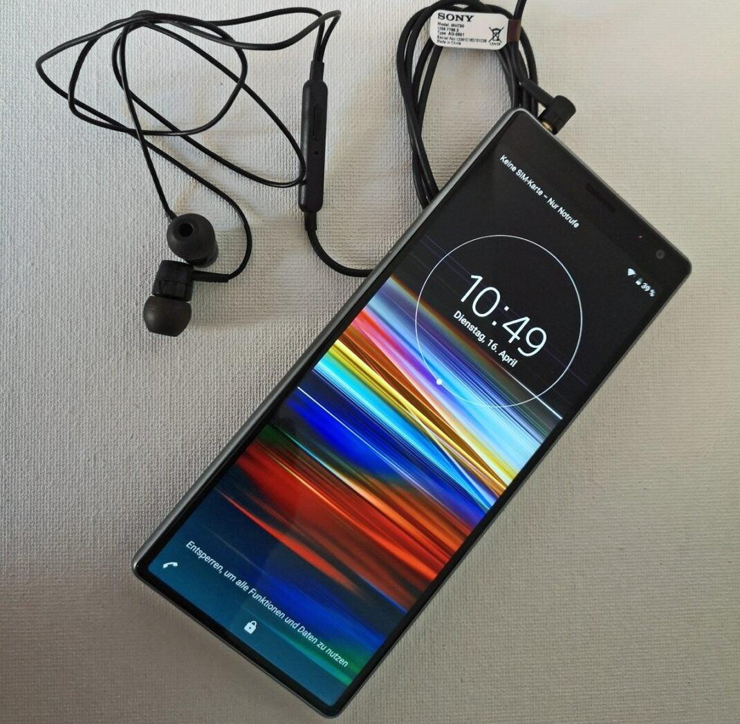 Sony Xperia 10 Plus mit angeschlossenem Headset.