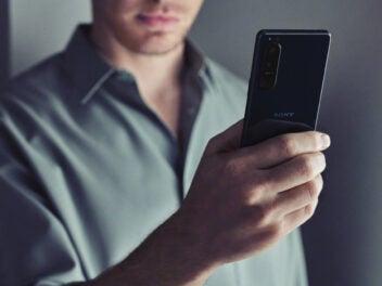 Sony Xperia 5 III in der Hand von einem Mann