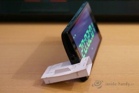Sony Xperia ion im Visitenkarten-Ständer