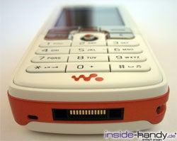 Sony-Ericsson W800i - von unten