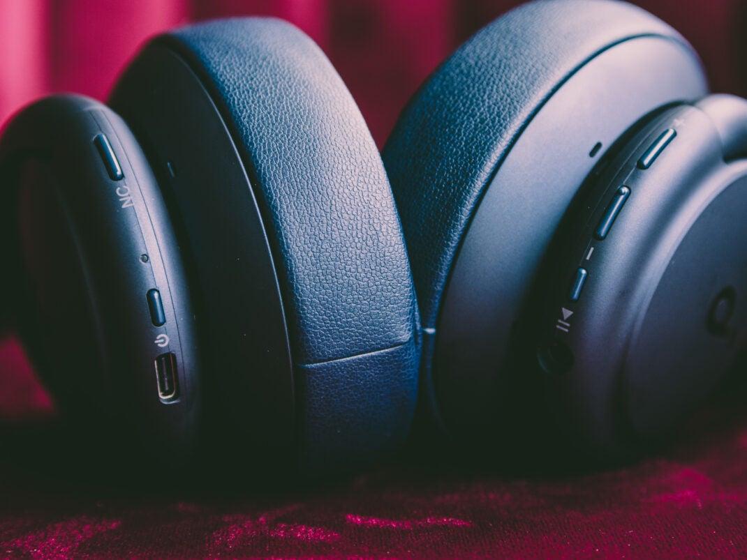 Die Bedienung der Kopfhörer erfolgt über die Tasten an der Unterseite