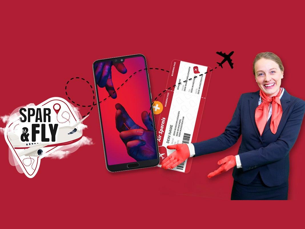 Eine lächelnde Flugbegleiterin zeigt auf ein Huawei P20 Pro und ein Freiflug-Ticket