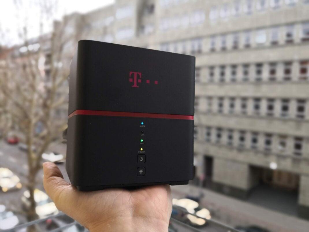 Die Telekom Speedbox vor einer Straße