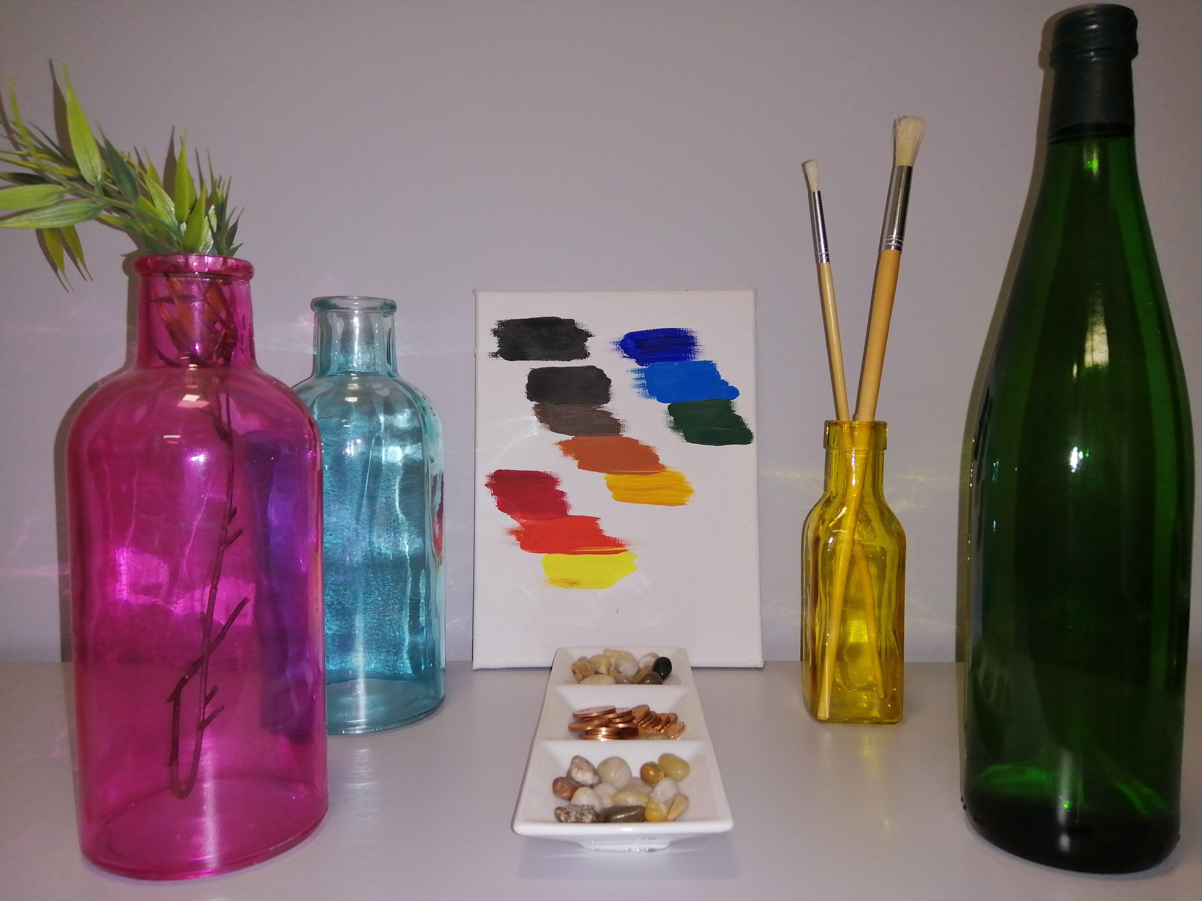 Flaschen und Farbtafel, aufgenommen mit Blitz