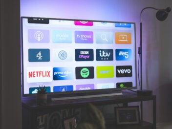 Netflix, Amazon Prime Video und andere Streaming-Dienste auf einem leuchtenden Fernseher