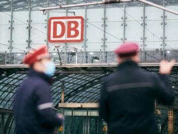 Service-Personal der Deutschen Bahn am Bahnhof.