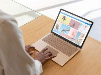 Microsoft Surface Laptop 3 auf einem Holztisch