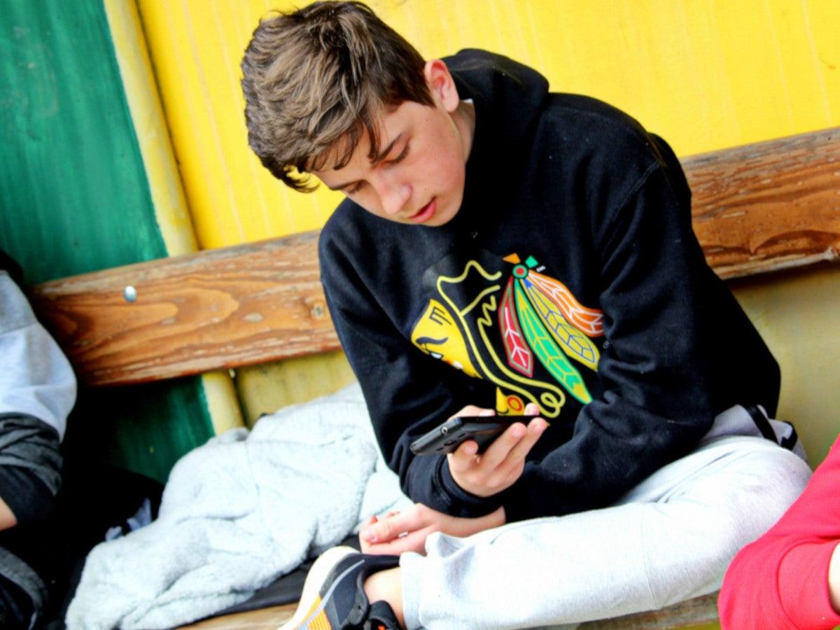 Junge mit einem Handy