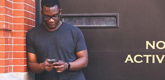 Mann mit iPhone (Symbolbild)