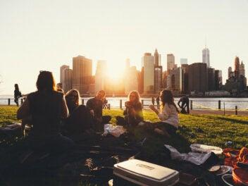Menschen machen ein Picknick