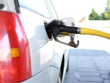 Ein Auto wird an einer Tankstelle getankt
