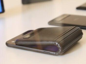 faltbares Smartphones auf weißem Tisch